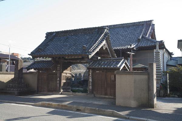 ここは観光するところではない、と鎌倉の寺社の中で唯一観光協会に加盟していない上行寺さん。仏の道を示す場所です。