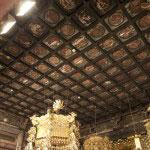 御本尊の上にある天井。創建当時からほとんど手を加えられていません。