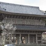 山門に掲げられた「天照山」の額は1436年に後花園天皇より贈られたものです。