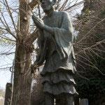 一遍上人の像。鎌倉には現代に造られた多くの像がありますが、特にこの像はお気に入りのひとつです。虚飾を配した様はいまにも動き出しそうです。