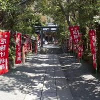 妙本寺総門の右手にある、大町四ツ角方面へと抜ける小さくて静かな道を行くと、左手にあります。杜に囲まれたいい場所です。