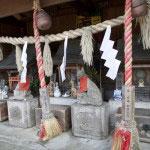 右から諏訪神社、稲荷神社、於岩稲荷社。