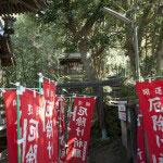 本殿右側には三峰神社、御嶽神社、そして祇園山ハイキングコースへと至る道があります。