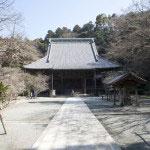 妙本寺境内と祖師堂。祇園山に囲まれ森々とした素晴らしい場所です。無粋な近代建築や電線、鉄塔などは視界に入りません。