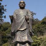 妙本寺にある日蓮上人像。