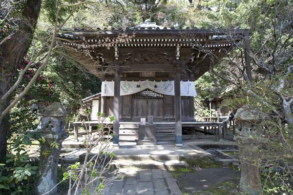 安国論寺、御小庵。『立正安国論』を著した御法窟の前に建てられています。