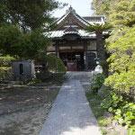 境内。正面の観音堂にある仏像は、伊豆配流の時代から源頼朝に仕えていた田代信綱の観音像を胎内に納めています。このことから安養院は田代観音とも呼ばれます。
