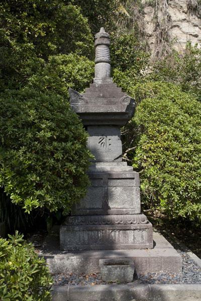 安養院創建以前の1308年に建てられ、この地にあった善導寺より今にいたる鎌倉に現存する最も古い宝篋印塔。善導寺の開山であり浄土宗名越派開祖尊観上人の墓と伝わります。