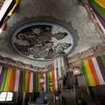 法堂の天井には鎌倉出身の日本画家/陶芸家、小泉淳作氏の雲龍図が描かれています。小泉氏は建仁寺の双龍図や東大寺の襖絵などを手がけました。