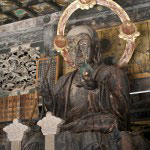 高さ2.4メートルの見事な御本尊・地蔵菩薩。もともとこの地にあった心平寺の旧本尊で室町時代の作です。