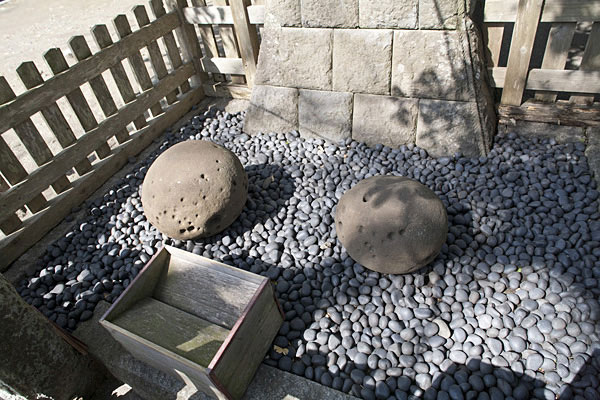 祭神である景正が手玉にとって、袂に入れたいう石。右の袂石は16貫/約60kg、左の手玉石は28貫/やく105kgあります。古来より石は神霊を宿すといわれます。景正の霊才を示したものでしょう。
