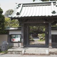 総門。大町四ツ角を少し妙本寺方面に入ってすぐ左手の小道に入って行くとあります。