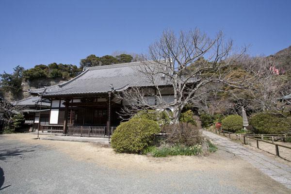 浄光明寺境内。客殿の右側に美しい庭があり、そのさらに右に不動堂があります。奥には本殿や冷泉為相の墓などがあります。