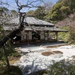 喜泉庵の枯山水庭園。中で庭園を眺めながらお茶とお菓子で一服できます。