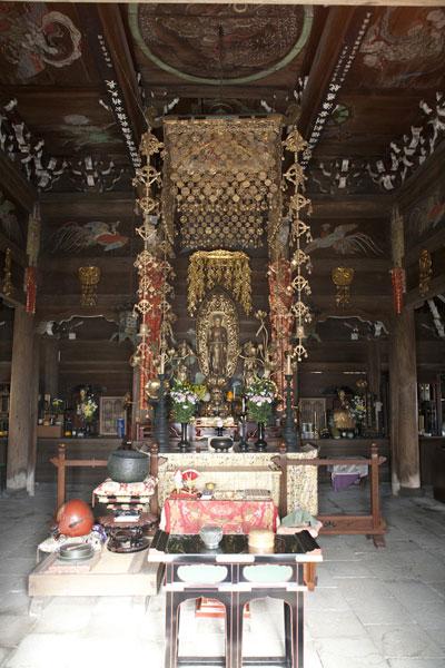 英勝寺。仏殿内部と阿弥陀三尊像。