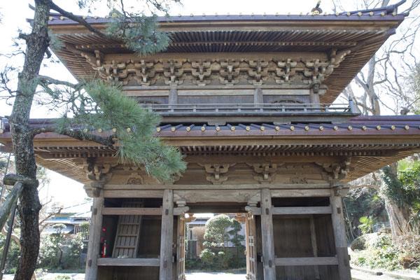 英勝寺。度々復興されてきた見事な山門。