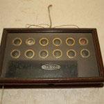 お手伝いさんの居住する部屋の前に作られたインターフォン的な装置。各部屋で呼び鈴が押されるとその部屋が表示されます。