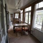 サンルームと繋がる部屋は陽光が差し込みます。里見弴も家族とゆっくりしたのでしょう。白く塗られているのは米軍に接収された時に無遠慮に塗られたもの。