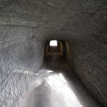 洞窟を抜けて入って行きます。