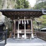まずは市杵島姫命に参拝し、銭洗の神水がある奥宮へと入ります。
