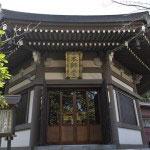 本師堂。タイから贈られた金色釈迦尊像が安置されています。