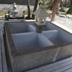 水行の場。毎年2月11日には、千葉の法華経寺における百日荒行を終えた僧が、ここで寒中に水を浴びる最終修行を行います。