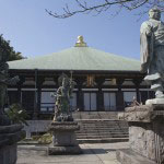 日蓮像、四天王像と本堂。