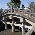 三ノ鳥居をぬけてすぐにある太鼓橋。昔は通れたのですが、今は通行禁止。子供の頃、よく滑るこの橋で友達と遊んだのは懐かしい思い出です。