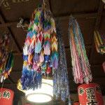 本堂内には多くの千羽鶴。幾多の想いを受け止めているお寺さんなのでしょう。