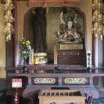 大殿内には御本尊の他にもいくつかの像が安置されています。これは、善導大師像(左)と和賀江島弁財天像(右)。