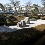 大殿南側にある三尊五祖の石庭。三尊とは、阿弥陀仏、観音菩薩、勢至菩薩。五祖は、釈尊、善導、法然、鎮西、記主の浄土宗五大祖師を表します。
