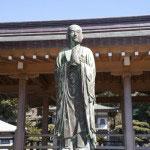 中国唐代の人、浄土念仏の高祖「善導大師」像。善導大師を高祖、法然上人が二祖、光明寺の開山、然阿良忠上人は三祖となります。