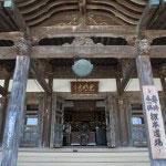1698年、元禄11年建立の大殿。百本柱のお堂です。国の重要文化財に指定されています。関東大震災にもびくともせず、江戸元禄のまま残っている貴重な建物です。