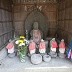 塩嘗地蔵。光触寺がある六浦道(金沢街道)はかつて都市鎌倉の主要港だった六浦から鎌倉へと塩や物資を運びました。