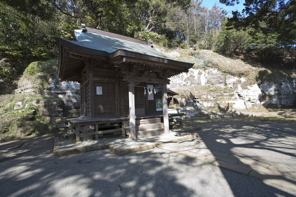 十二所神社拝殿。奥には疱瘡神もあります。