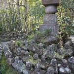 新田義貞が伝説の稲村ケ崎越え奇襲によって鎌倉に攻め行った際の由比ケ浜での戦いで戦死した人々を埋葬する塚。