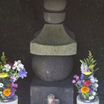 北条政子と並んである、源実朝の墓と伝わる塔。