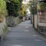 常栄寺前の通りは静かでとてもおすすめです。無粋な車の音もしません。妙本寺前から右折して、常栄寺、八雲神社を抜けて大町四ツ角付近に出ます。