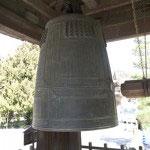 国宝・梵鐘。建長寺開基の北条時頼が発願し、関東鋳物師筆頭の物部重光によって建長7年(1255年)に鋳造されました。