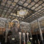 仏殿内部。霊屋(みたまや)として建てられたため、格天井(ごうてんじょう)など禅宗仏殿としては珍しい造りになっています。