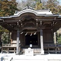 御霊神社本殿。小道の奥にあるゆったりとした境内は鎌倉らしい雰囲気です。