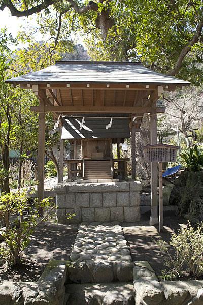 おとなりは秋葉(あきは)神社。火防の神(火之迦具土)を祀ります。明治22年このあたり坂之下村に大きな火災が起き、甚大な被害がありました。これを契機に静岡の秋葉神社を勧請しました。