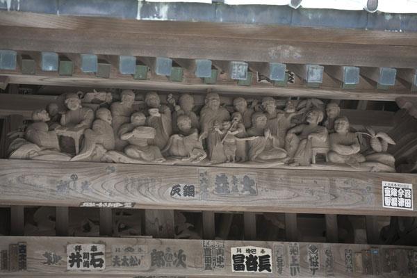 総門上部に施された十六羅漢。