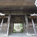 仁王門。運慶作の仁王像安置されています。