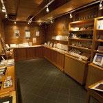 宝蔵と同じ建物にはギャラリーも設置されています。関連書籍やお香、数珠、絵はがきなどちょっとしたお土産に最適。