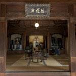本堂内部。御本尊の釈迦如来像が安置されています。
