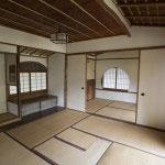 身土不二。日本の土地には日本建築が一番似合います。関東の地、鎌倉にありながらわざわざ京都の職人を呼び寄せて造られました。線の細い美しさ、天井や装飾の細やかさが独自の雰囲気を醸し出します。