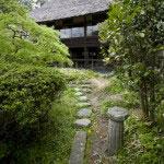 日本建築家屋は美しい植え込みを抜けて向かいます。