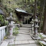 上之水神社は本殿右脇より登って行くと見えてきます。