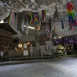 奥宮。銭を洗う水は、銭洗水と呼ばれ鎌倉五名水に数えられています。